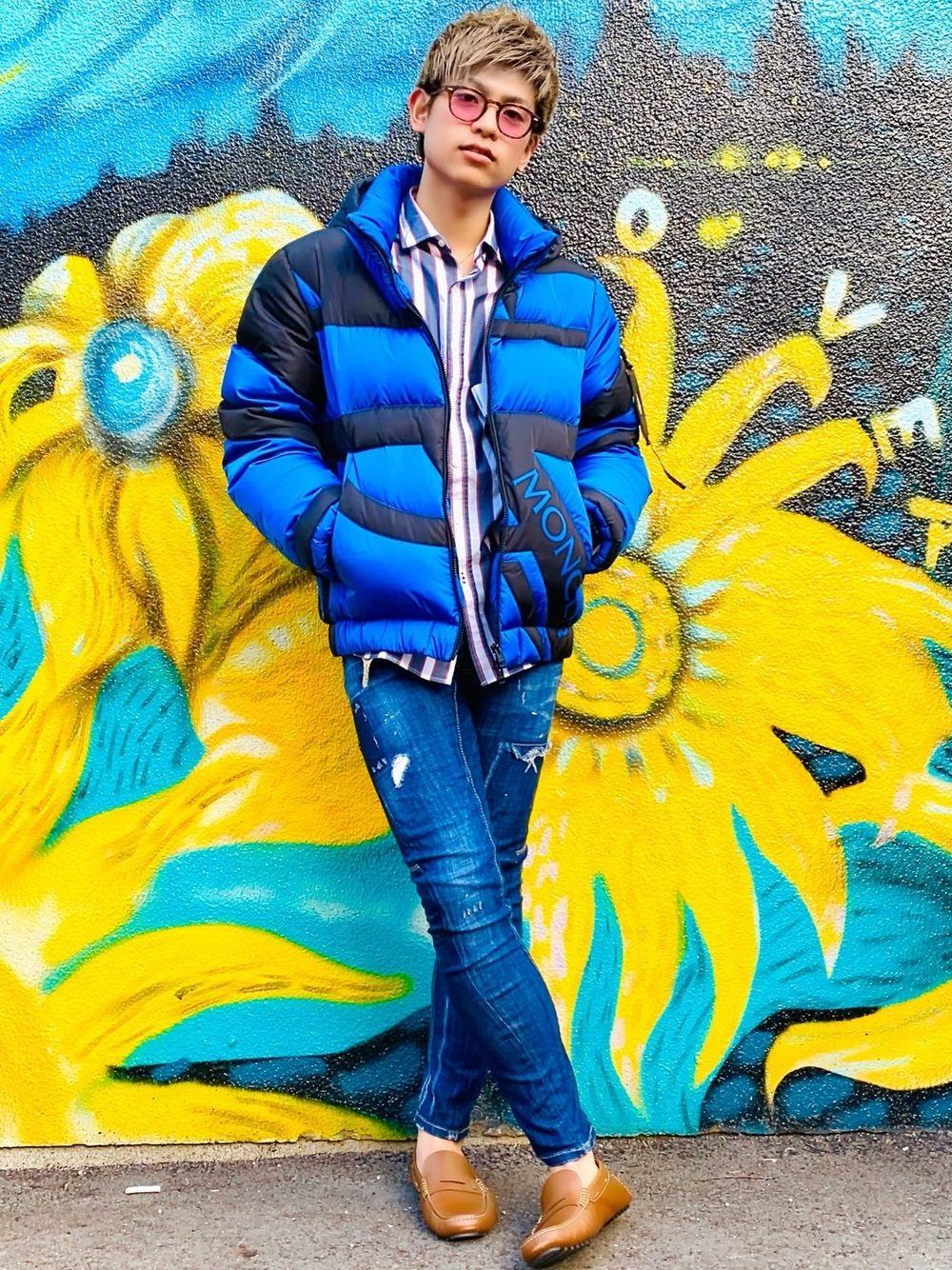 モンクレールの鮮やかなブルーが映えるキレイ目コーデ
